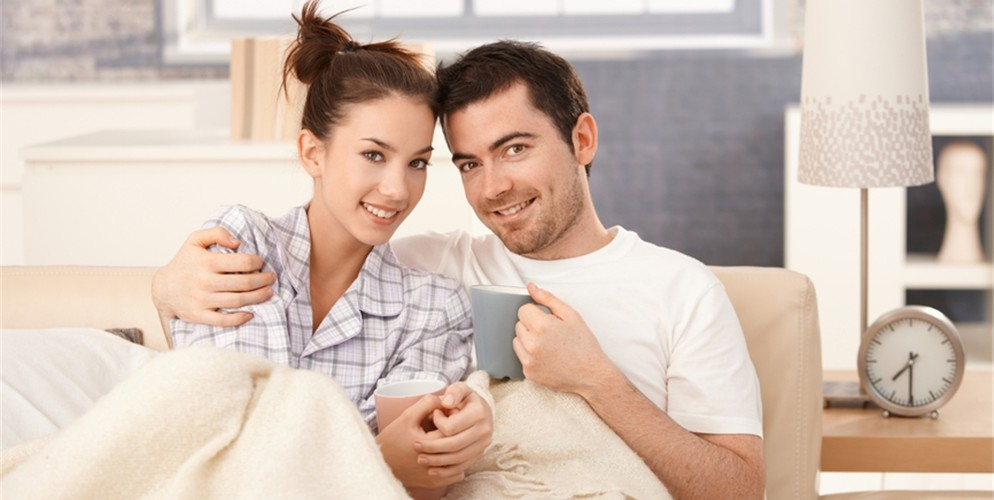 stockfresh_624585_young-couple-drinking-tea-in-bed-smiling-happily_sizeS